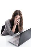 Flicka som frustreras med datoren Royaltyfri Foto