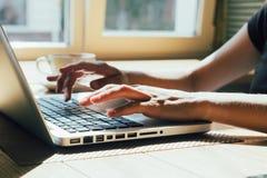 Flicka som fungerar på datoren Arkivfoto