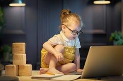 Flicka som fungerar på en dator Arkivfoto