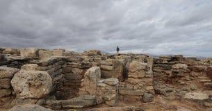 Flicka som går över den verkliga arkeologiska platsen för son i norrkusten av ön av mallorca, Arkivfoton