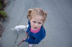 Flicka som går hennes hund fotografering för bildbyråer