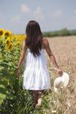 Flicka som går i en cropland Royaltyfri Foto