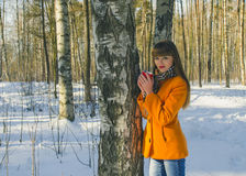Flicka som går i skogen i kaffe för vinter c Royaltyfri Foto