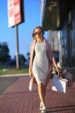Flicka som går med shoppingpåsar Begrepp av kvinnashopping shoppare försäljningar Royaltyfri Bild