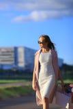 Flicka som går med shoppingpåsar Begrepp av kvinnashopping shoppare försäljningar Royaltyfri Fotografi