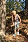 Flicka som går ner i skog Fotografering för Bildbyråer
