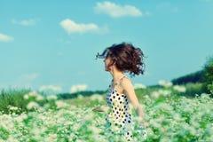 Flicka som går på bovetefältet arkivbilder