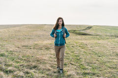 Flicka som går på fält Arkivfoto