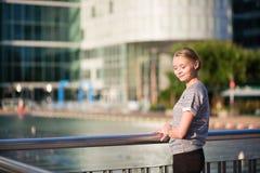 Flicka som går på Laförsvar, Paris Arkivfoto
