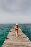 Flicka som går på pir som tycker om sikten från havet Royaltyfri Foto