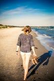 Flicka som går på stranden Royaltyfri Bild