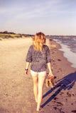 Flicka som går på stranden Fotografering för Bildbyråer