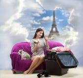 Flicka som går till Paris Arkivbilder