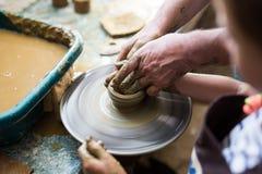 Flicka som gör en lera att bowla på att hugga hjulet Arkivfoton