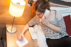 Flicka som gör en påringning Arkivbilder