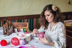 Flicka som gör garneringballonger Royaltyfri Foto