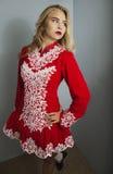 Flicka som gör irländsk dans i rött Arkivbilder