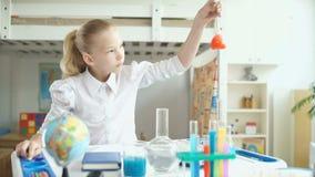 Flicka som gör kemiexperiment lager videofilmer