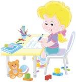 Flicka som gör läxa efter hennes lek med leksaker Royaltyfri Foto