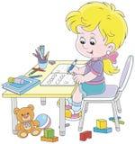 Flicka som gör läxa efter hennes lek med leksaker Arkivfoto