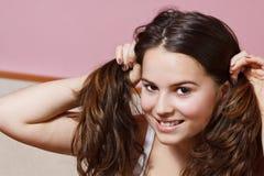 flicka som gör pigtails tonårs- Royaltyfri Bild