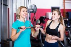 Flicka som gör powerlifting på maskiner Royaltyfria Bilder
