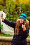 Flicka som gör selfie som är toppen Arkivfoton