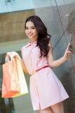 Flicka som gör shopping Arkivbild