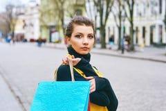 Flicka som gör shopping i staden Royaltyfri Foto
