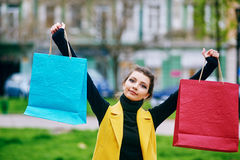 Flicka som gör shopping i staden Royaltyfri Fotografi