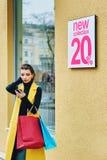 Flicka som gör shopping i staden Arkivbild