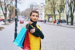 Flicka som gör shopping i staden Royaltyfri Bild