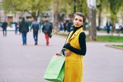 Flicka som gör shopping i staden Fotografering för Bildbyråer