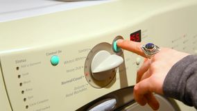 Flicka som gör tvätterit arkivfilmer