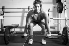 Flicka som gör tyngdlyftning fotografering för bildbyråer