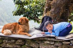 Flicka som gör utomhus- läxa Royaltyfri Bild