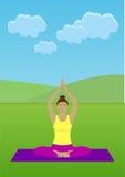 Flicka som gör yoga i en parkera Royaltyfri Foto