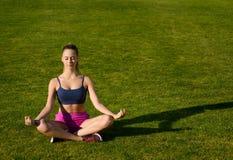 Flicka som gör yoga på naturen Royaltyfria Foton