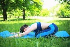 Flicka som gör yoga på ny luft Arkivfoto