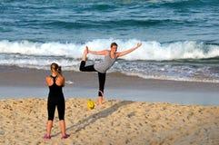 Flicka som gör yoga på stranden Royaltyfri Foto