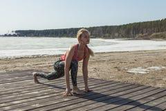 Flicka som gör yoga på stranden Royaltyfria Bilder