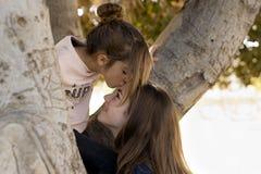 Flicka som ger honom en kyss Royaltyfria Bilder