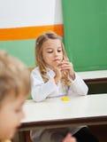 Flicka som gjuter Clay In Classroom Arkivfoton