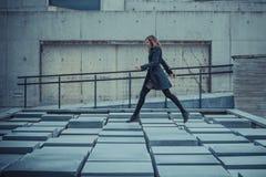 Flicka som går på slabsna Royaltyfri Foto