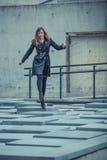 Flicka som går på slabsna Royaltyfri Fotografi