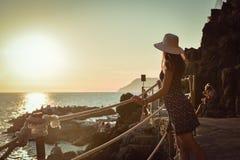 Flicka som håller ögonen på en härlig seascape royaltyfri foto