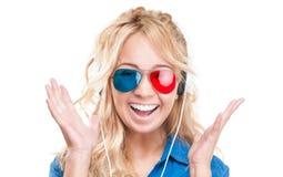 Flicka som håller ögonen på filmen 3d. Arkivbilder