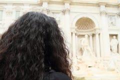 Flicka som håller ögonen på Fontana di Trevi Royaltyfri Foto