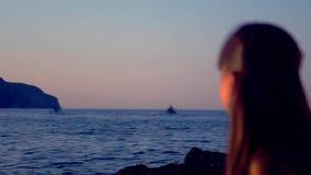 Flicka som håller ögonen på skeppen stock video