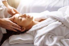 Flicka som har ansikts- massage för brunnsort i lyxig skönhetsalong royaltyfri bild